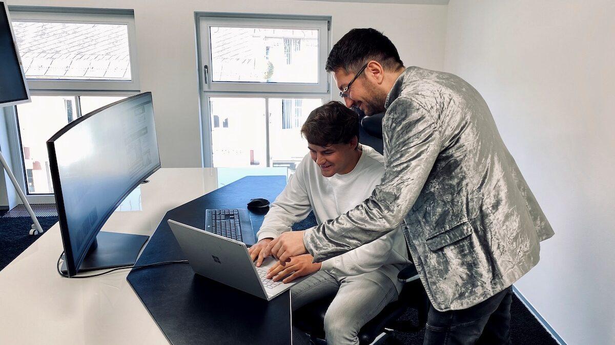 Walter Temmer zeigt Walter Zeidler den Domainhandel