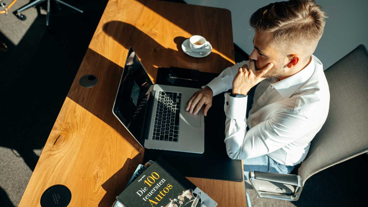 Lukas Krieger bei der Erarbeitung von Marketingstrategien für Autohändler